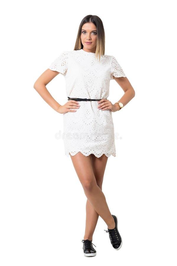 Modèle femelle de mode avec du charme dans la robe de dentelle posant avec des bras sur des hanches image libre de droits