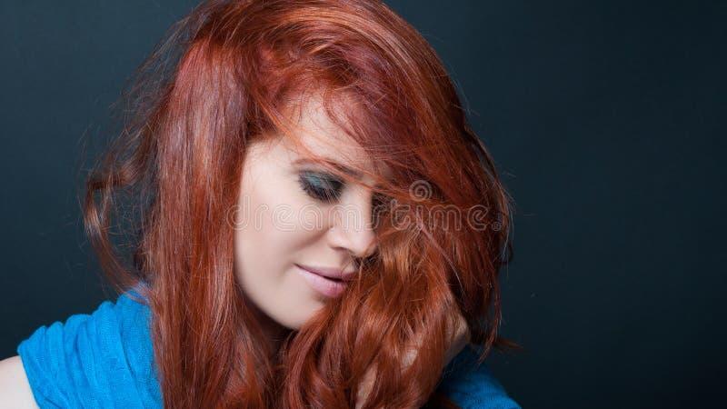 Modèle femelle de sourire avec les cheveux malpropres photos libres de droits