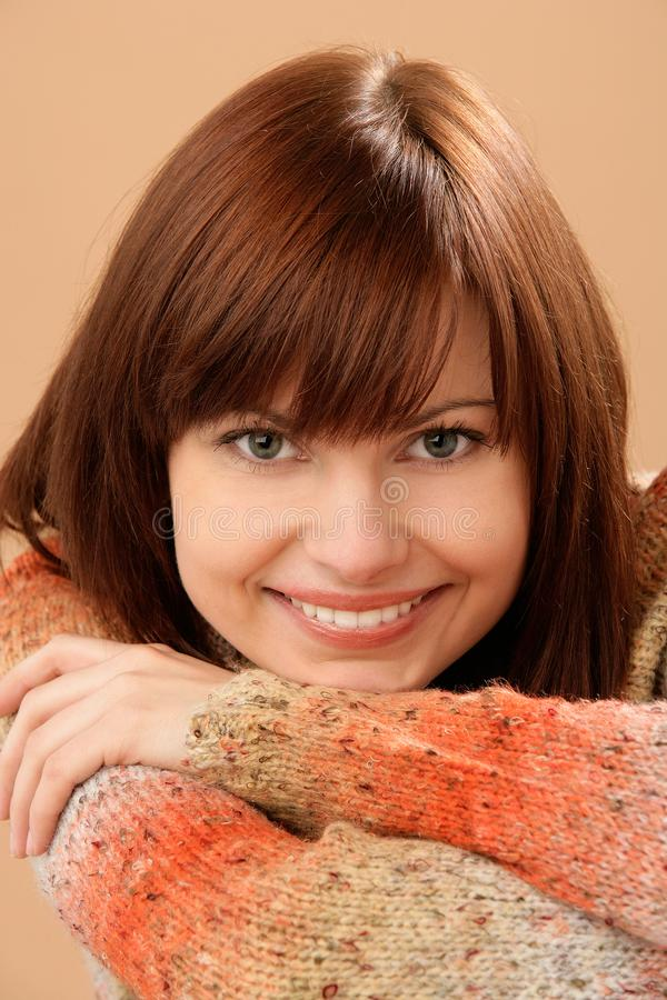 Modèle femelle de sourire de beau Caucasien jeune avec les cheveux rouges images stock