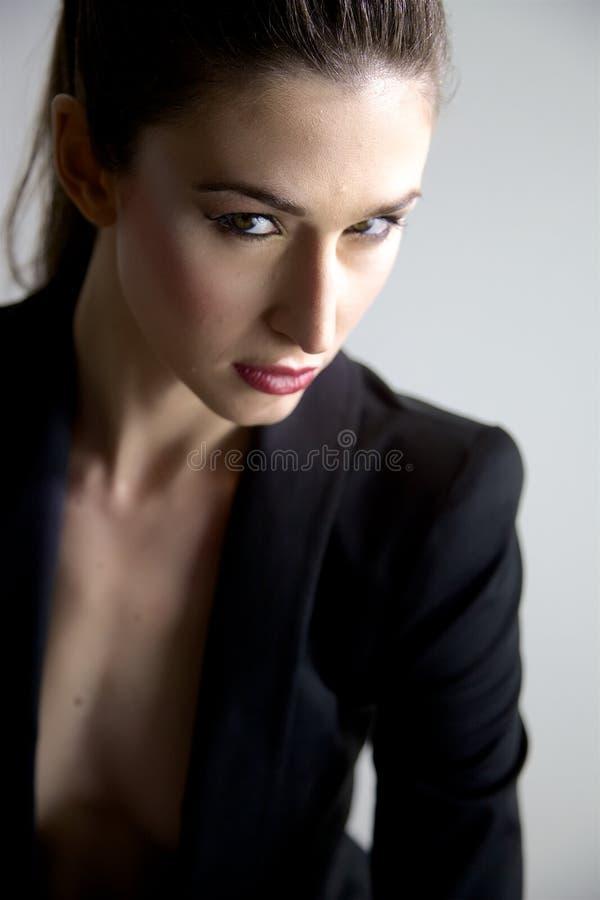 Modèle femelle magnifique posant avec le costume photos stock