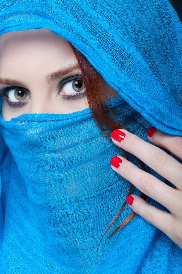 Modèle femelle mystérieux avec le maquillage élégant photographie stock libre de droits