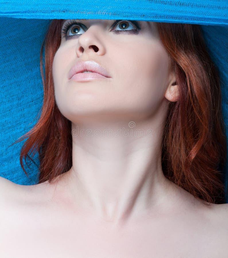 Modèle femelle sexy posant avec l'écharpe bleue photos stock