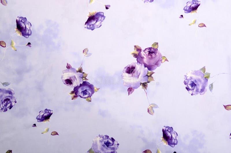 Modèle floral sur le tissu pourpre photo libre de droits