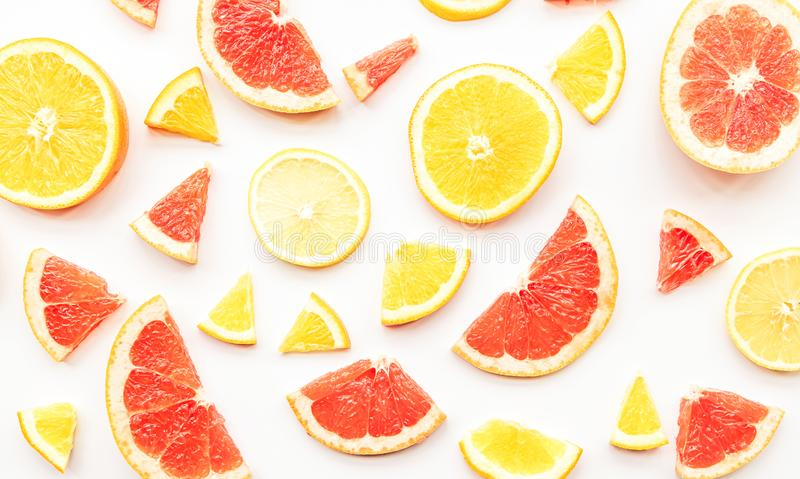Modèle frais de tranches de pamplemousse, d'orange et de citron d'agrume d'été sur la vue supérieure étendue par appartement blan image stock