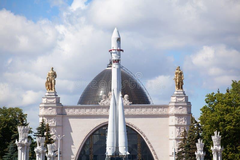 Modèle grandeur nature de lanceur de Vostok, disposition est de fusée de transporteur, fond de pavillon de l'espace le jour ensol photos stock