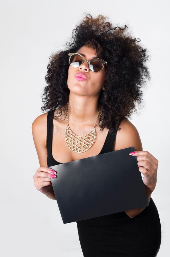 Modèle hispanique portant la robe sexy noire et photo libre de droits