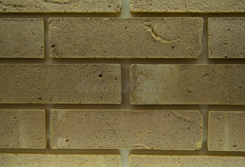 Modèle jaune abstrait de mur de briques avec la surface artificiellement âgée pour la conception graphique, texture, copie de  image stock
