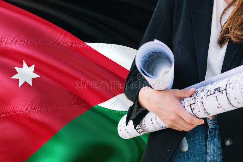Modèle jordanien de participation de femme d'architecte sur le fond de ondulation de drapeau de la Jordanie Concept de constructi images stock