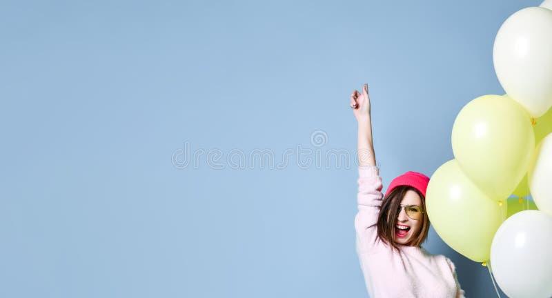 Modèle joyeux ayant l'amusement et célébrant avec le ballon de couleur en pastel image stock