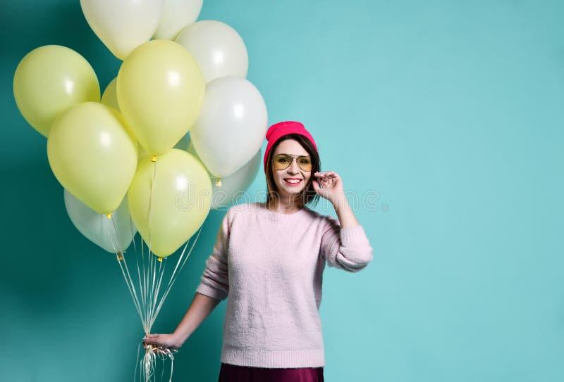 Modèle joyeux ayant l'amusement et célébrant avec le ballon de couleur en pastel images stock