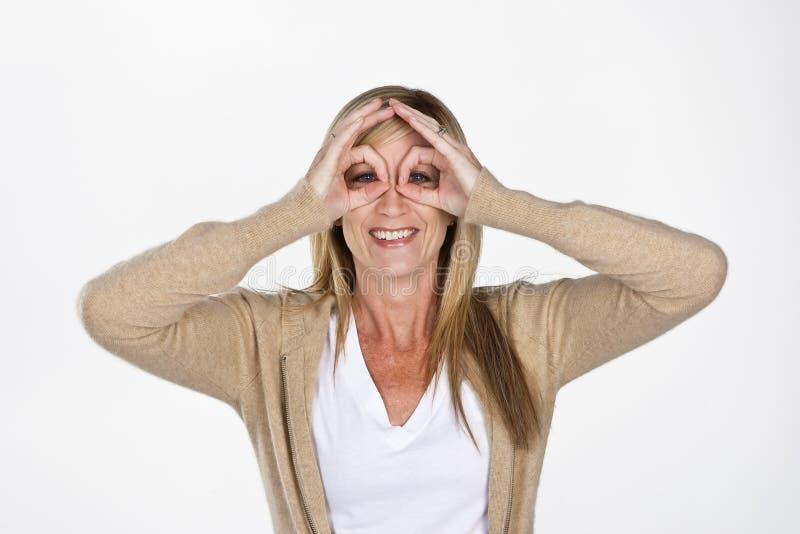 Modèle mûr effectuant des visages photo stock