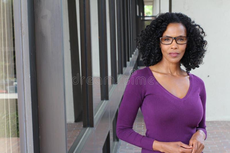 Modèle mûr de mode de charme La femme afro-américaine de bel aîné avec composent et des poses de coiffure photographie stock