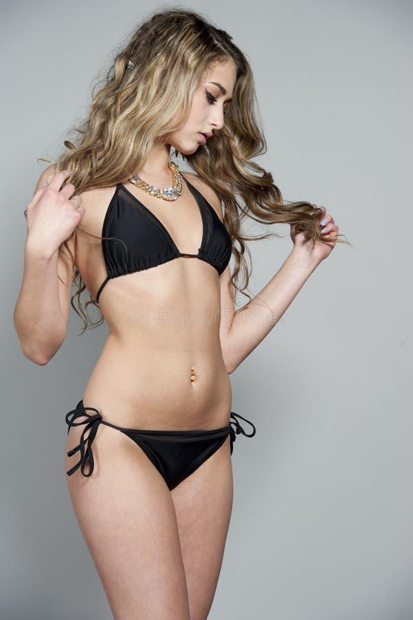 Modèle magnifique de maillot de bain de brune photos stock