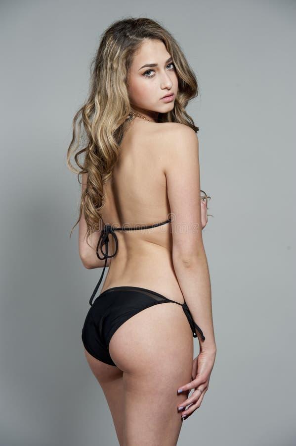 Modèle magnifique de maillot de bain de brune photo stock