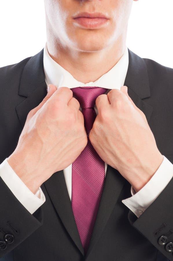Modèle masculin élégant fixant son collier blanc de chemise photos stock