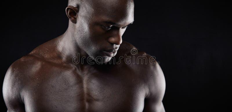 Modèle masculin africain sans chemise images stock