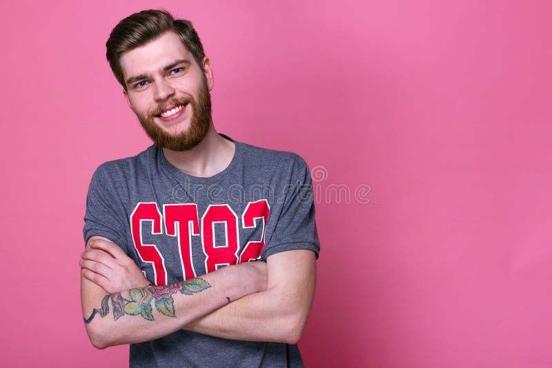 Modèle masculin avec la barbe sur un fond lumineux image libre de droits