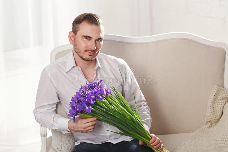 Modèle masculin avec un bouquet des fleurs image libre de droits
