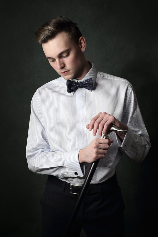 Modèle masculin beau posant avec le bâton de marche photos libres de droits