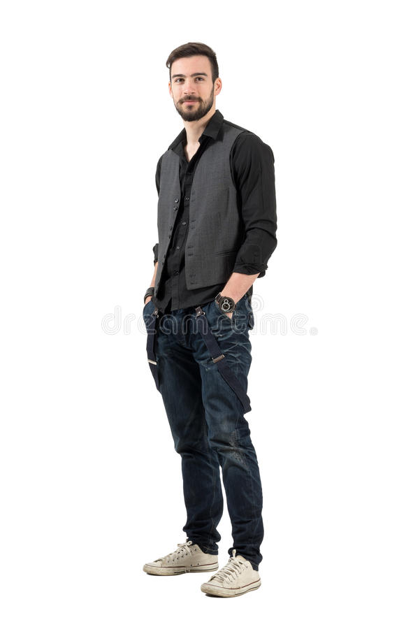Modèle masculin de mode barbue recherchant avec des mains dans des poches photo libre de droits