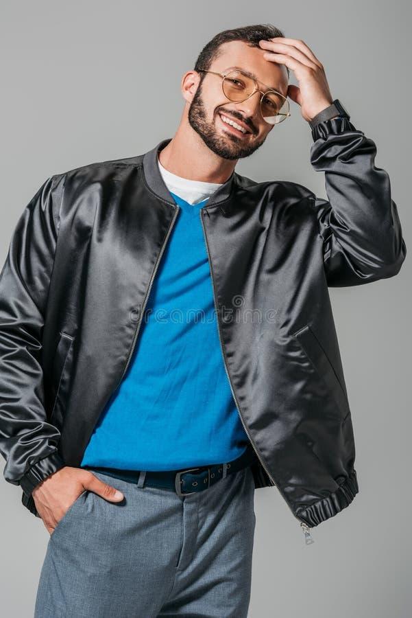 modèle masculin de sourire dans le bombardier noir élégant posant avec la main dans la poche image libre de droits