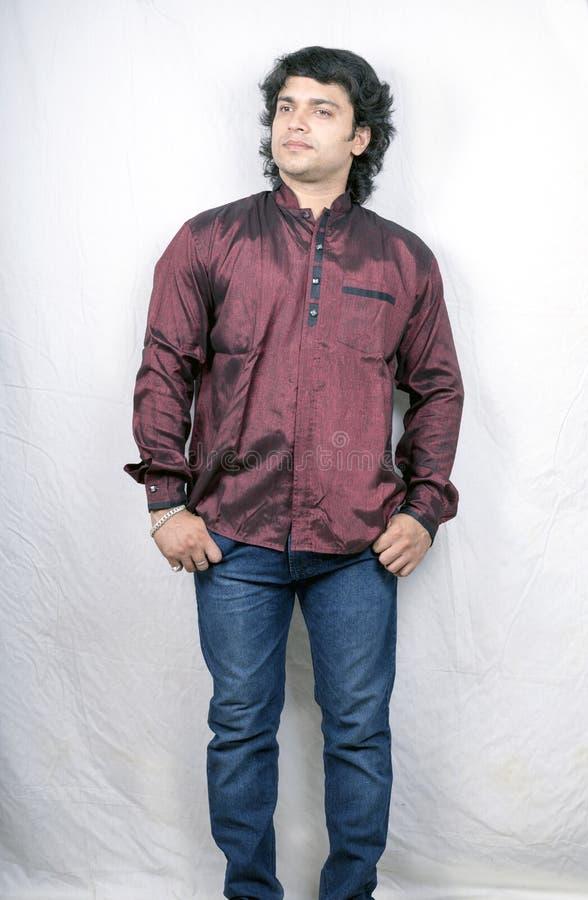Modèle masculin indien dans la chemise de collier de prince images libres de droits