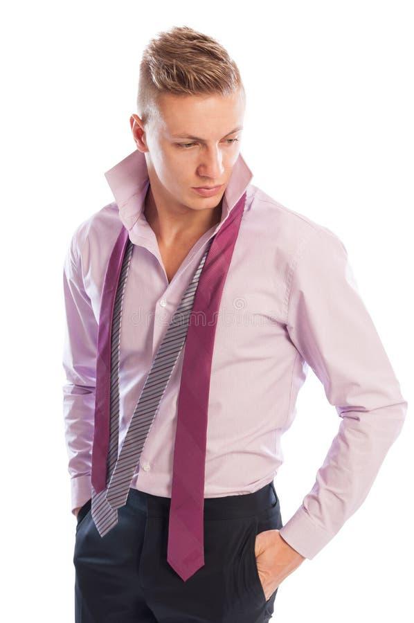 Modèle masculin utilisant le pantalon noir, la chemise pourpre et deux cravates photo stock