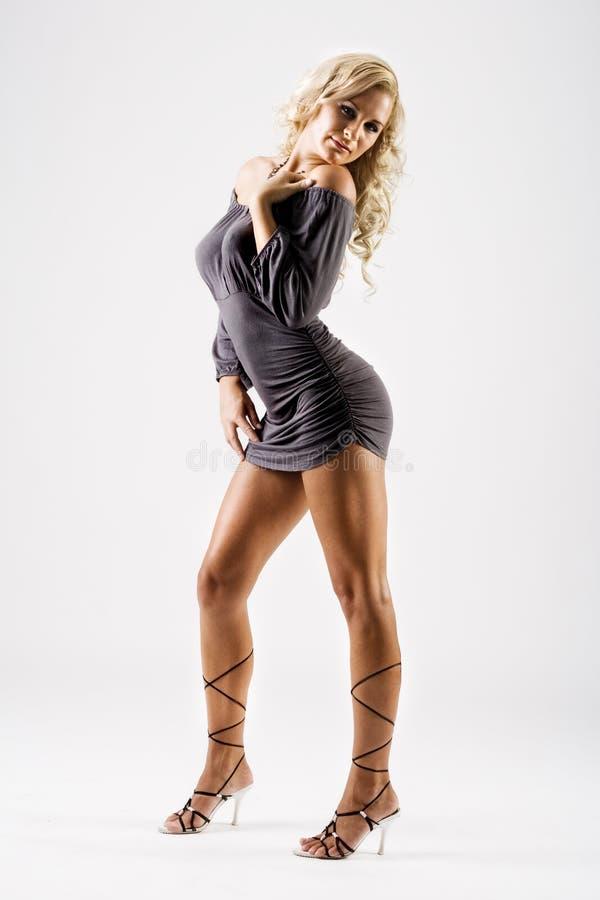 Modèle mince avec de longues pattes dans la robe sexy photographie stock