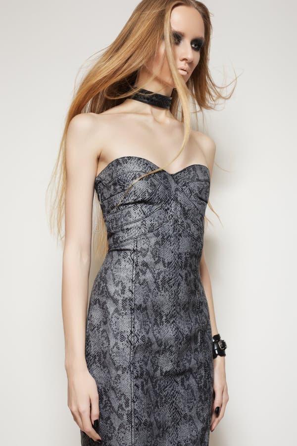 Modèle mince dans des accessoires de robe et de roche de mode photos stock