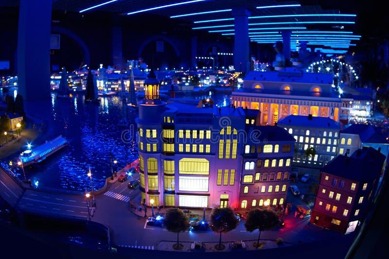 Modèle miniature de la ville la nuit avec la rivière et les bâtiments photo stock