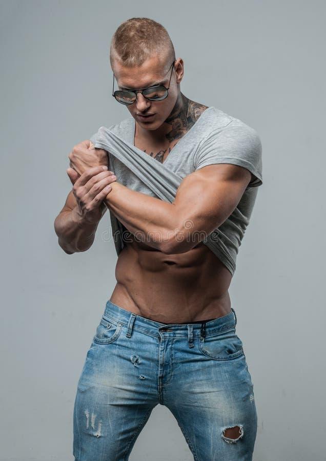 Modèle musculeux avec l'encre photos stock