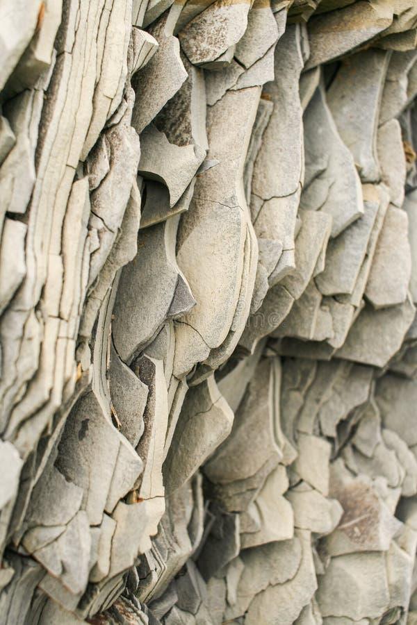 Modèle naturel en gros plan des couches verticales d'ardoise grise de montagne photographie stock