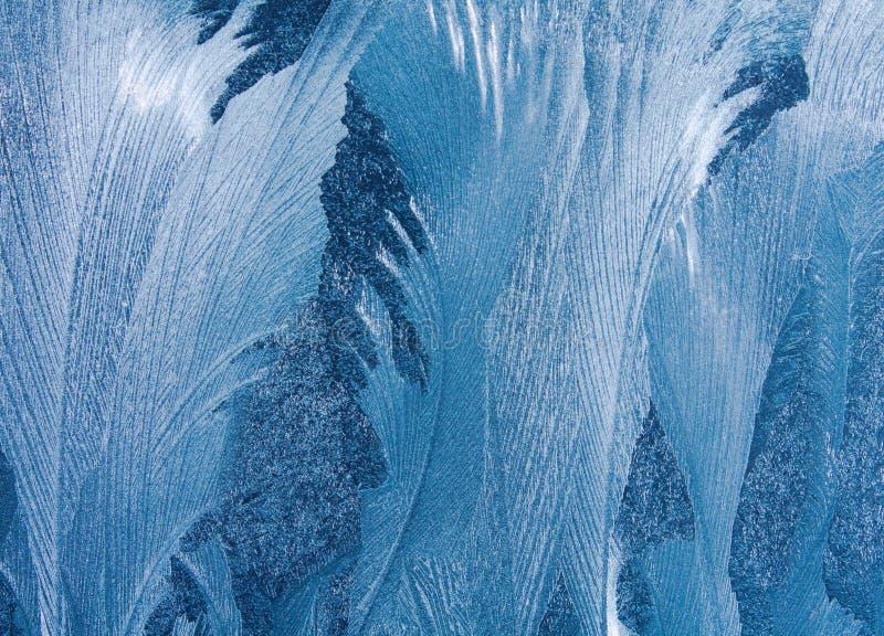 Modèle naturel givré sur la fenêtre d'hiver images libres de droits