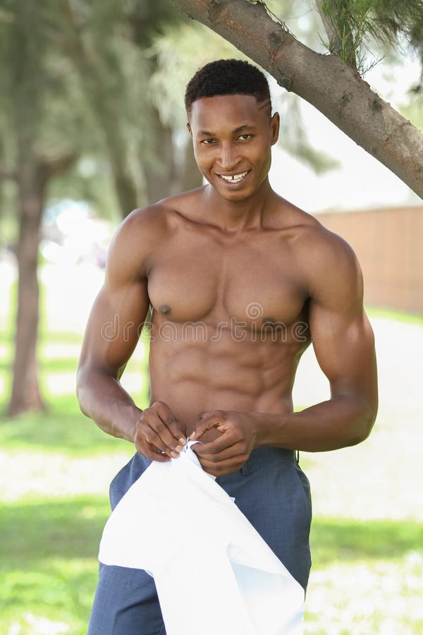 Modèle noir masculin musculaire et convenable sans chemise attrayant photo stock