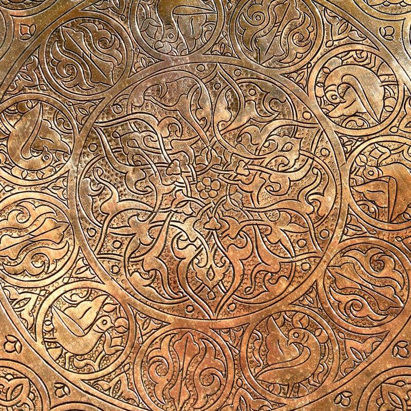 Modèle oriental sur le plat de cuivre photographie stock libre de droits