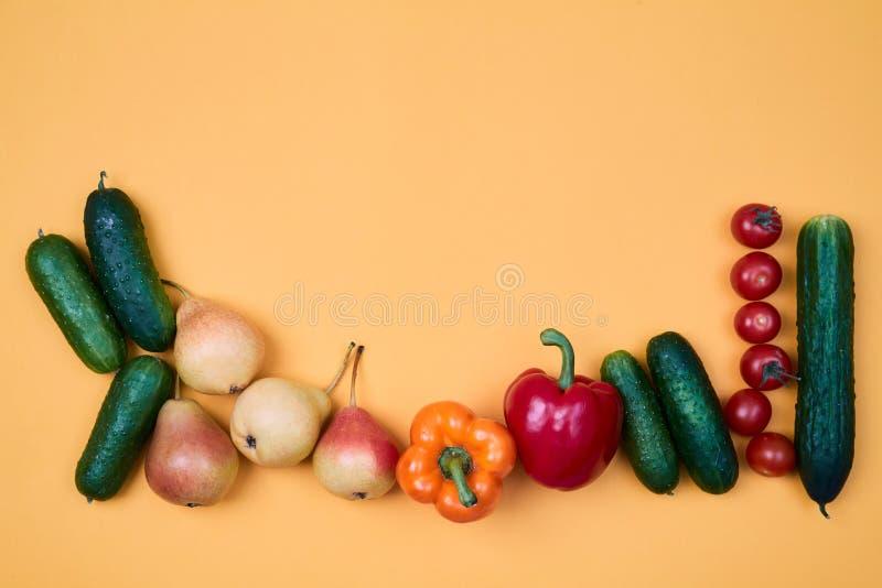 Modèle ou fond coloré de fruits et légumes Composition de différents légumes et poires mûrs sur l'orange photographie stock