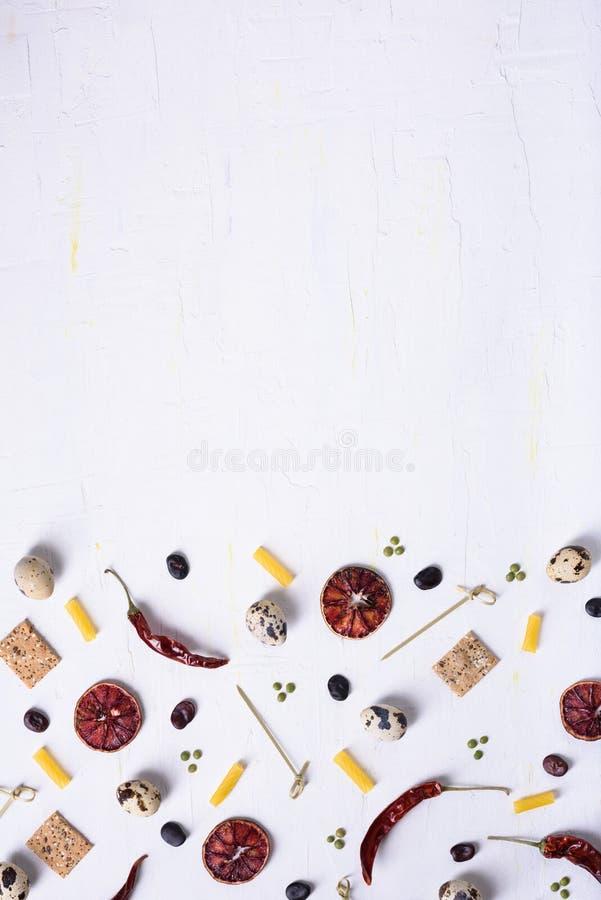 Modèle plat de nourriture de configuration de divers ingrédients de nourriture Vue supérieure, l'espace de copie Fond d'épicerie images stock