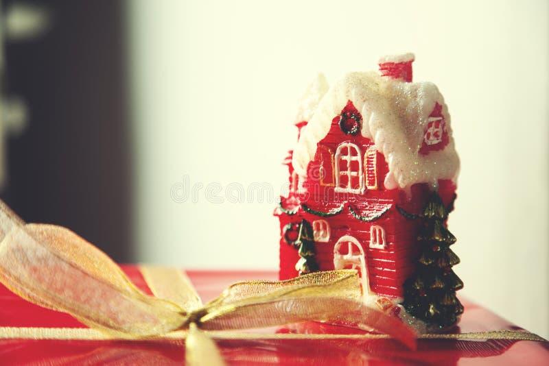 Modèle rouge de boîte-cadeau et de maison image libre de droits