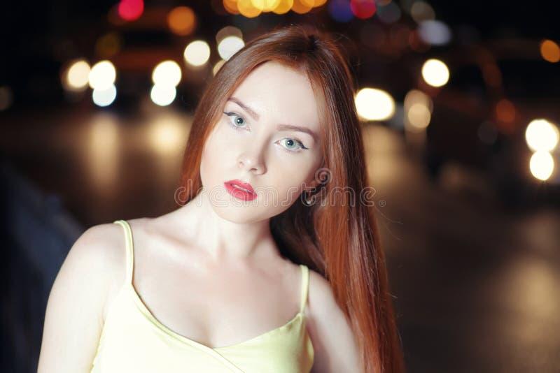 Modèle roux dans la ville de nuit photos stock