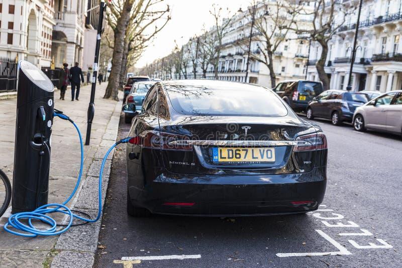 Modèle S de Tesla de voiture électrique rechargeant les batteries photographie stock libre de droits