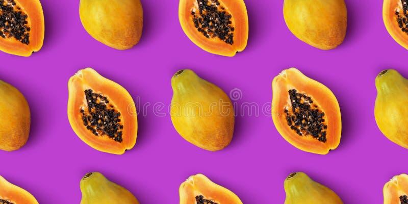 Modèle sans couture de fruit de papaye sur le fond pourpre photos libres de droits