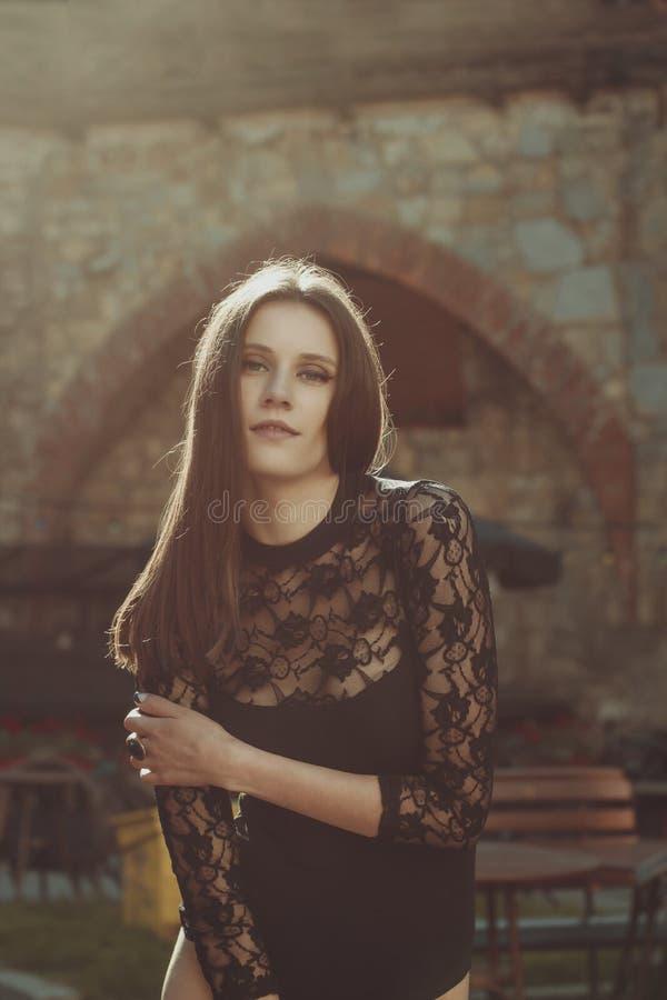 Modèle sensuel de brune dans la lingerie de dentelle posant à la rue photo stock