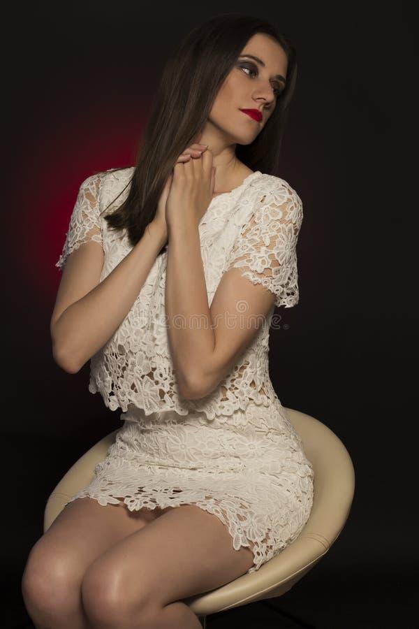 Modèle sensuel de brune dans une robe de dentelle photographie stock