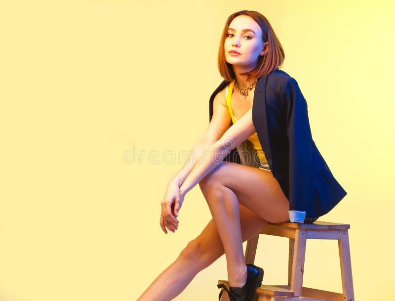 Modèle sexy à la mode - femme s'asseyant sur une chaise photographie stock