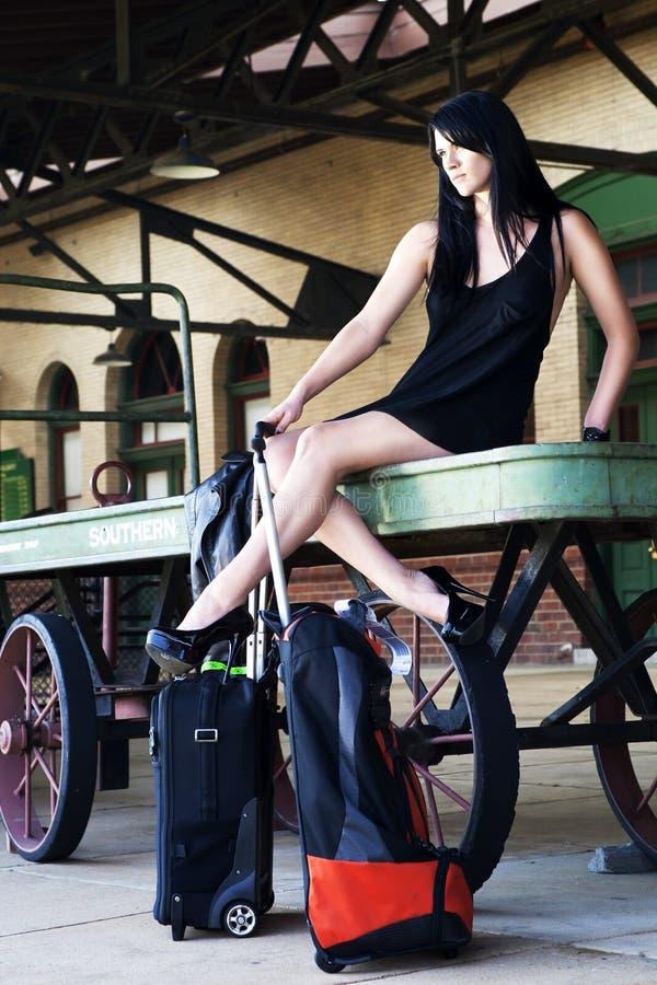 Modèle sexy attendant le train photo libre de droits