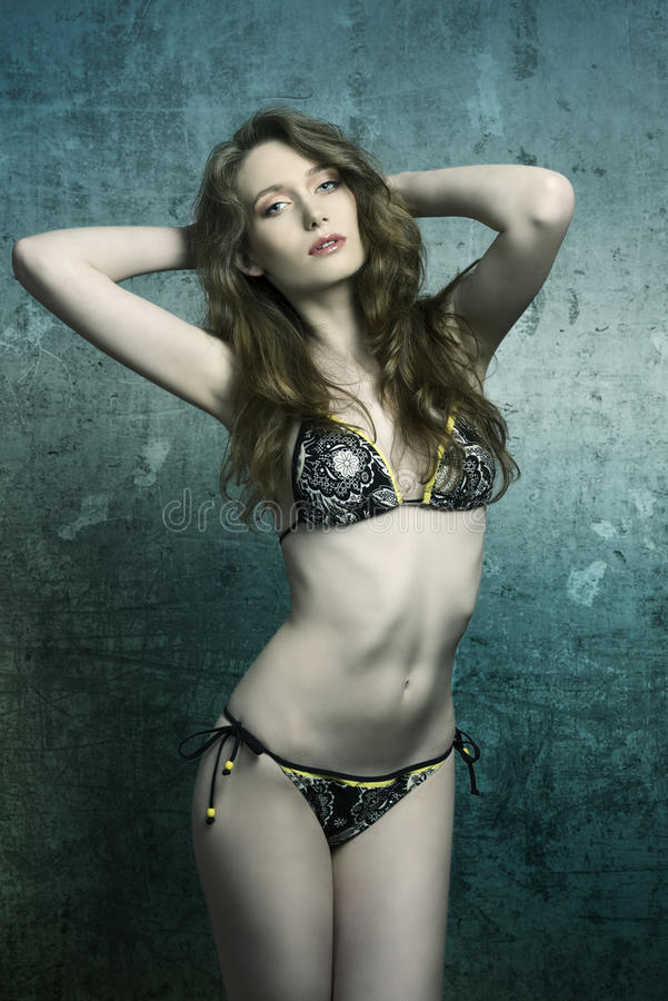 Modèle sexy dans le bikini photo stock