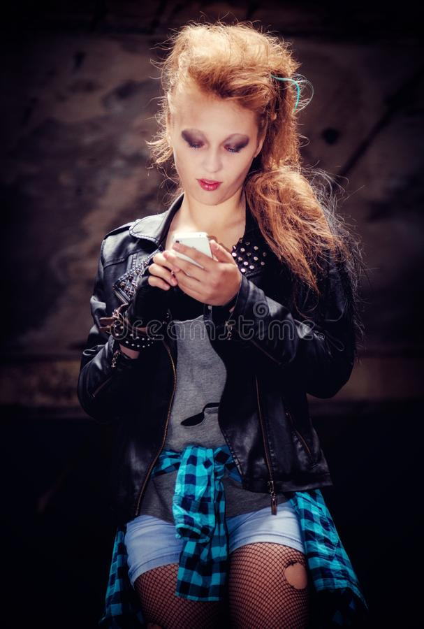 Modèle sexy de femme dans la chemise grunge de style de plaid dans le collant déchiré de maille avec les cheveux blonds avec le M photos stock