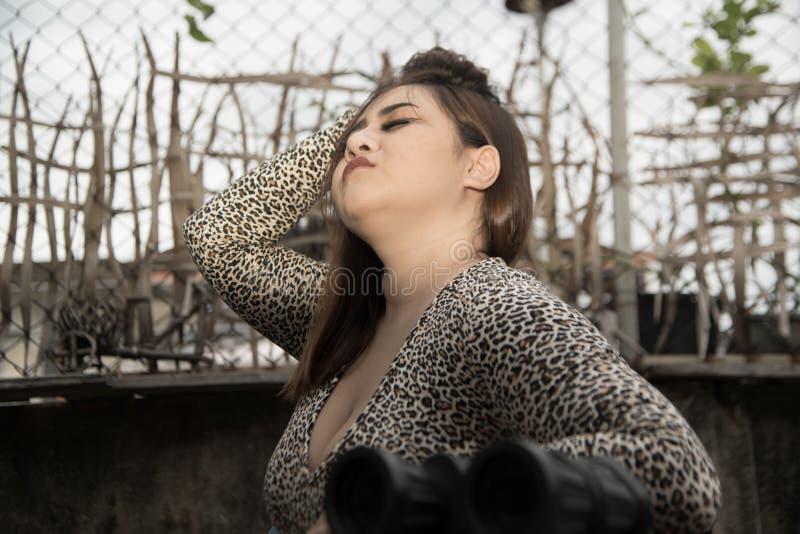 Modèle sexy, gros et de poids excessif de taille plus asiatique long de cheveux femelle dans des robes posant sur une chaise photo libre de droits