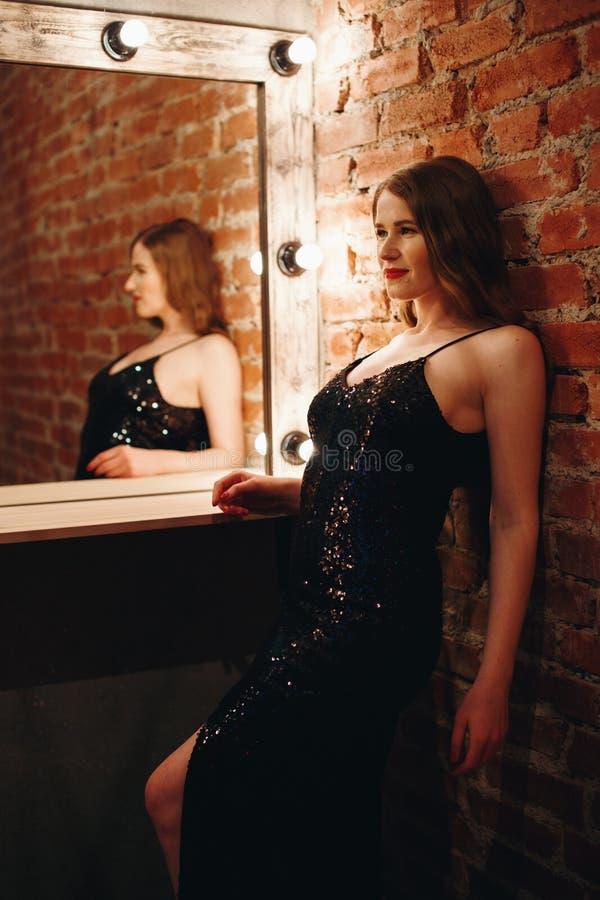 Modèle sexy séduisant posant dans l'intérieur de grenier photographie stock libre de droits