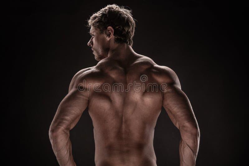 Modèle sportif fort de forme physique d'homme image libre de droits